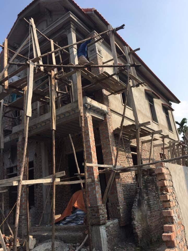 Hình ảnh mẫu nhà mái thái 2 tầng trong quá trình thi công (2)