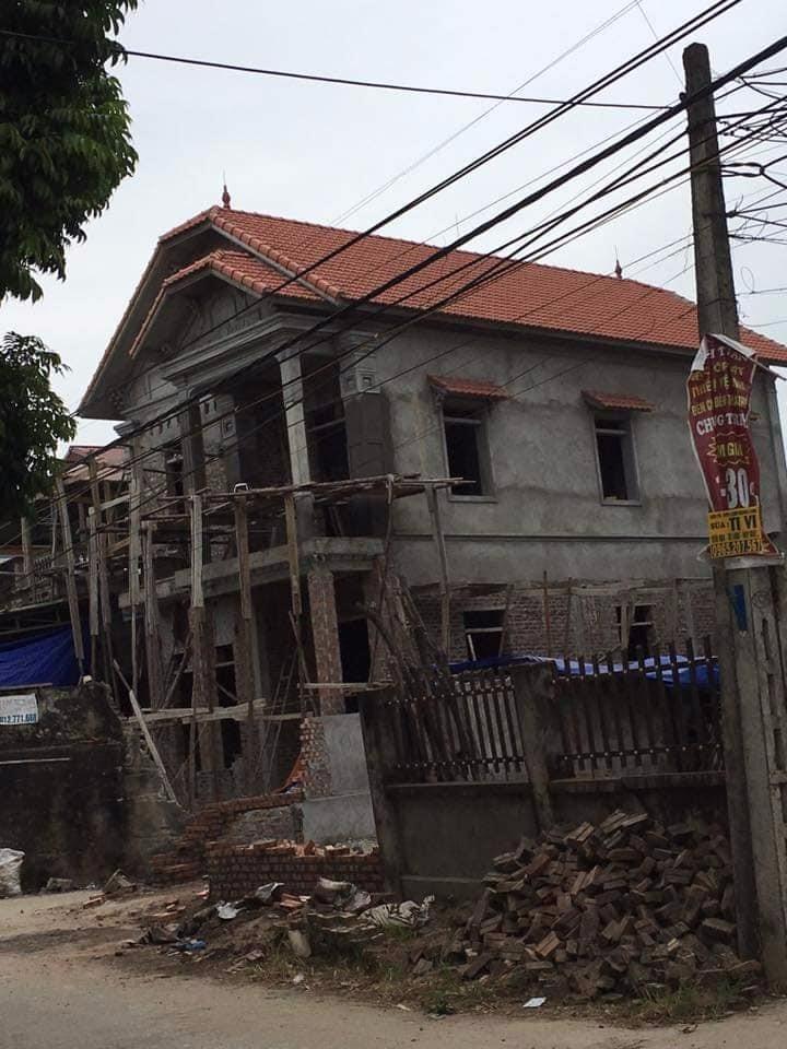 Hình ảnh mẫu nhà mái thái 2 tầng trong quá trình thi công (3)